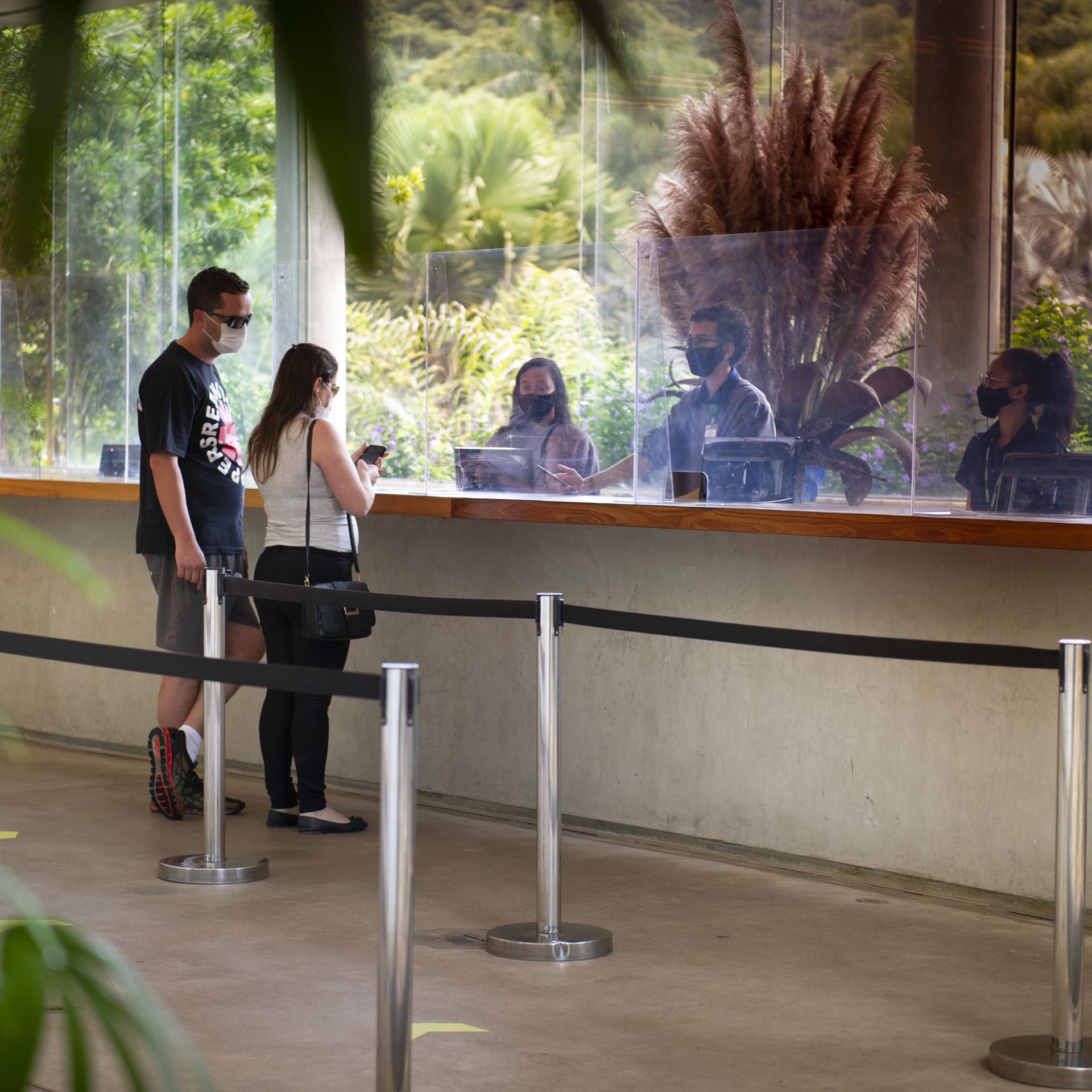 Visite Inhotim protocolo covid-19 visitantes na recepção