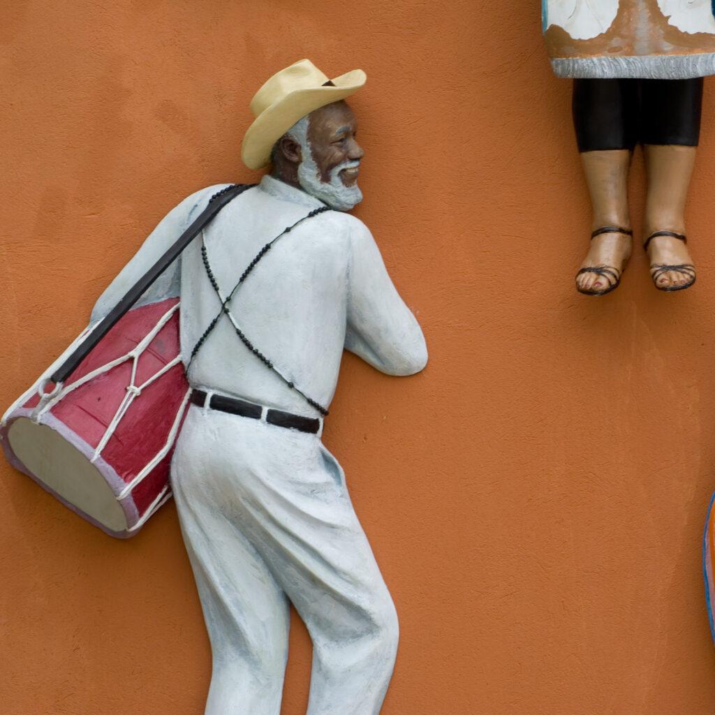 Obra Abre a porta, 2006, de John Ahearn & Rigoberto Torres. Acervo de arte contemporânea Inhotim