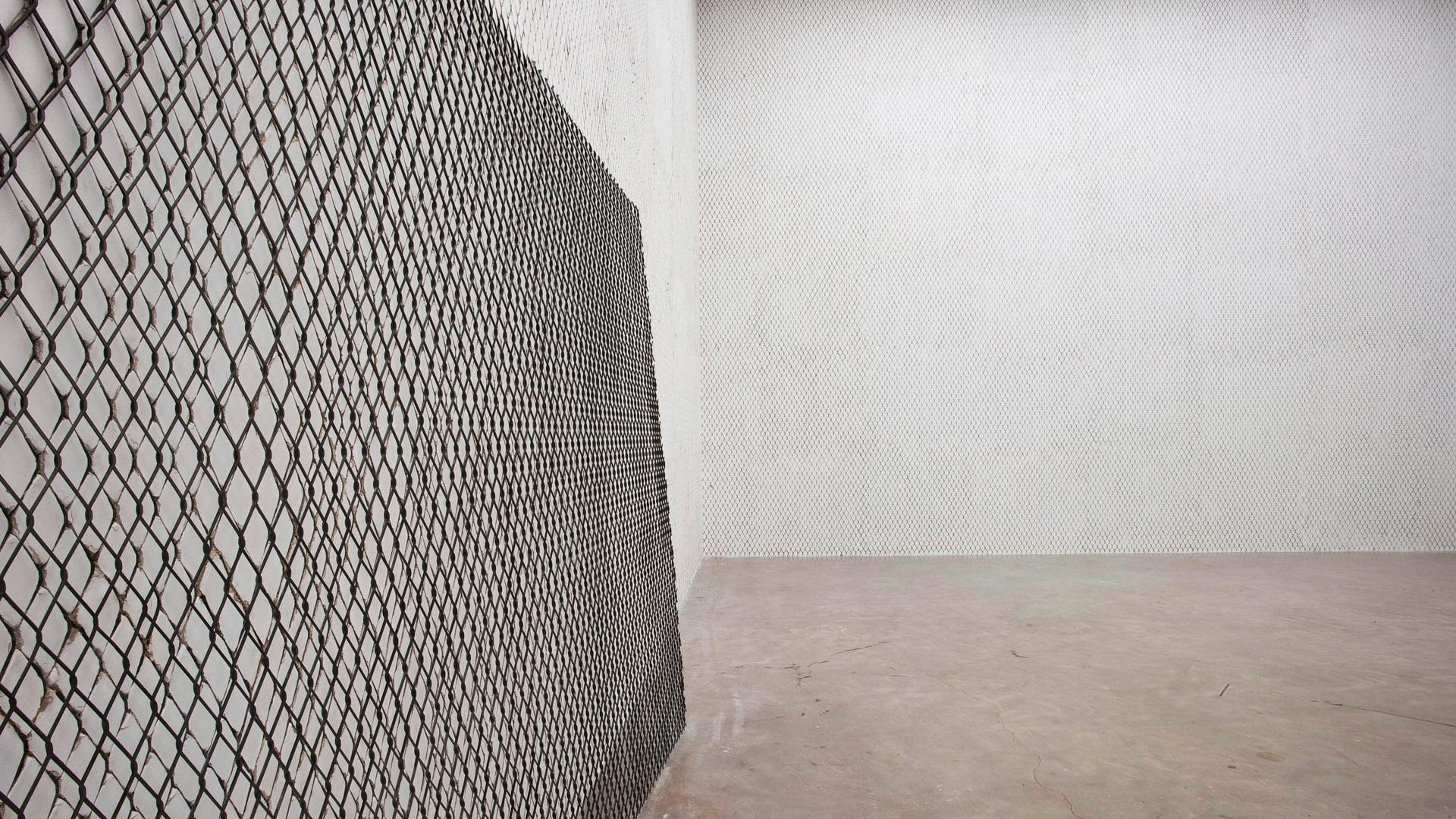 Obra Neither, 2004, de Doris Salcedo. Acervo de arte contemporânea do Inhotim