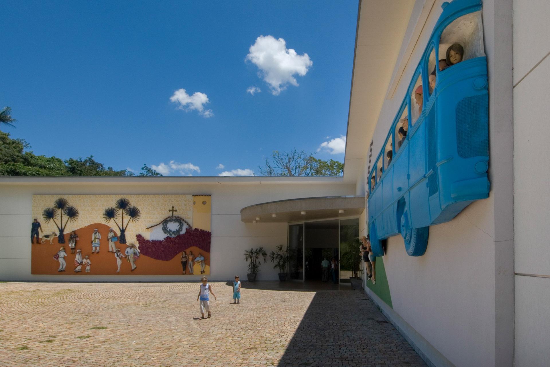 Obras Abre a porta, 2006; e Rodoviária de Brumadinho, 2005, de John Ahearn & Rigoberto Torres. Acervo de arte contemporânea Inhotim