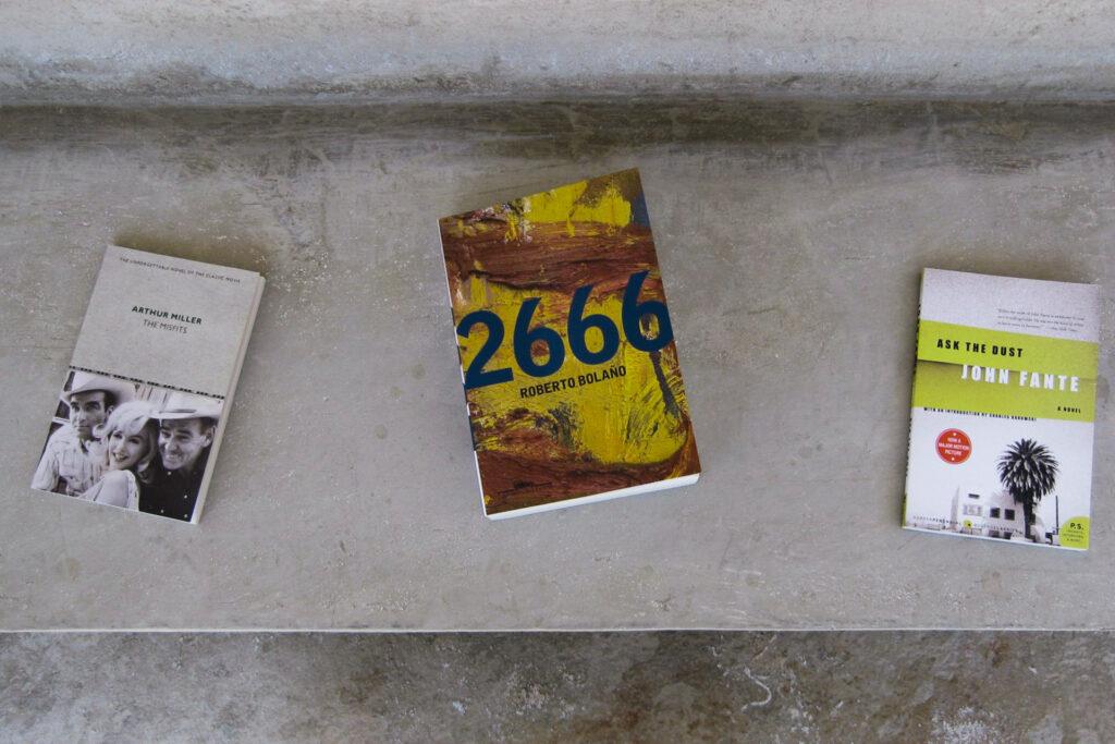 Livros que compõem a obra Desert Park, 2010 [detalhe], de Dominique Gonzalez-Foerster, Inhotim