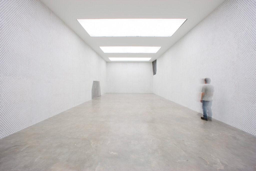 Obra Neither, 2004, Galeria Doris Salcedo. Acervo de arte contemporânea Inhotim