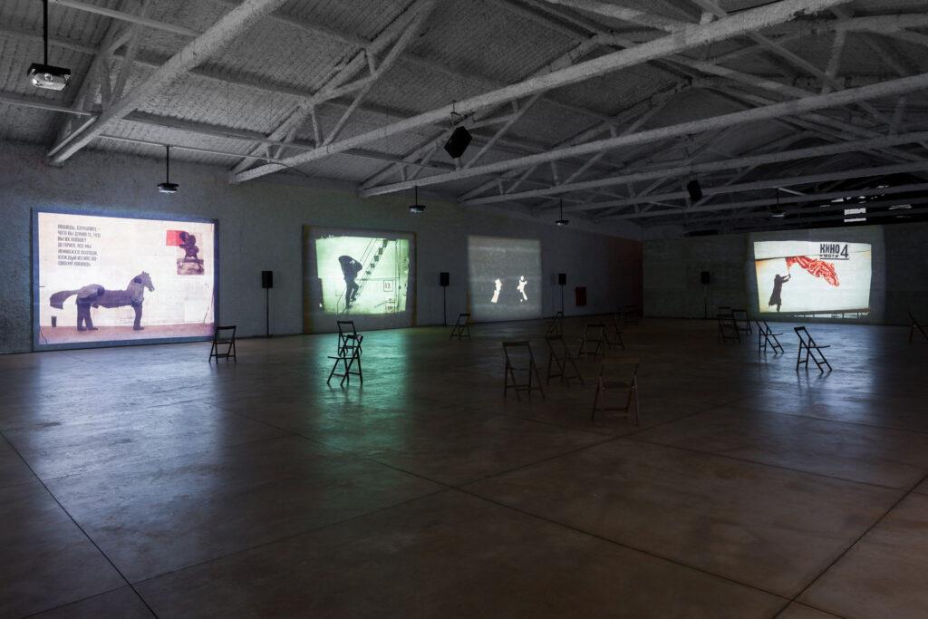 Obra I am not me, the horse is not mine, 2008, de William Kentrigde, Galeria Galpão Inhotim.