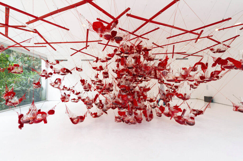 Obra True Rouge, 1997, de Tunga. Acervo de arte contemporânea do Inhotim.