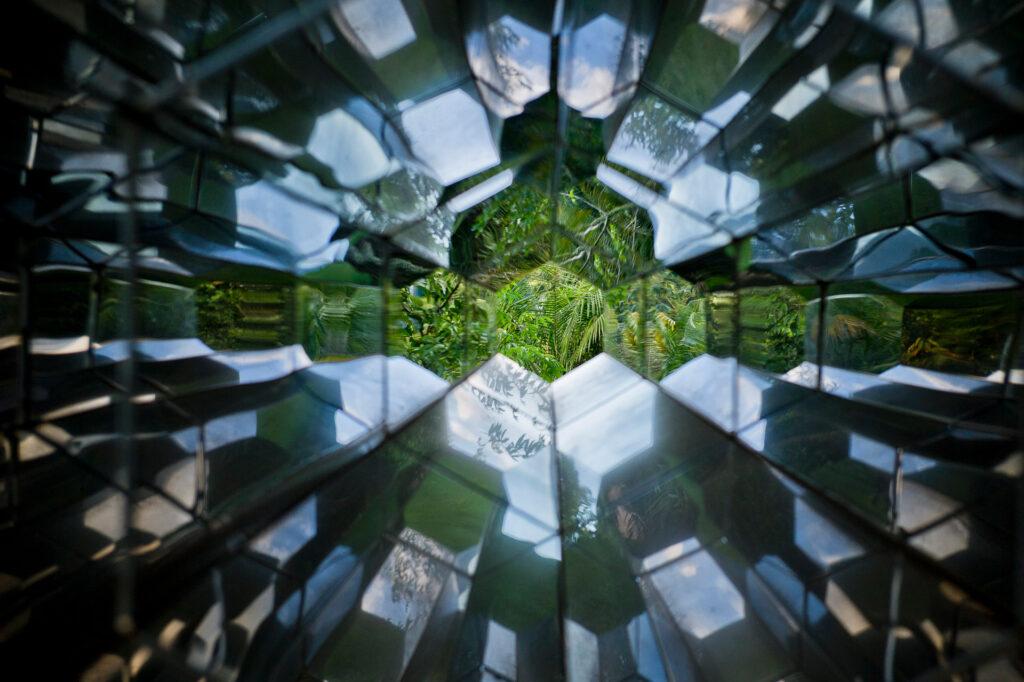 Obra Viewing machine (2001) de Olafur Eliasson. Acervo de arte contemporânea do Inhotim