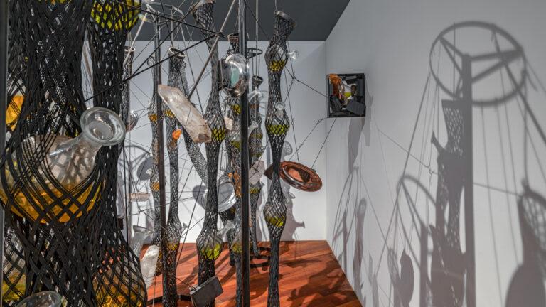 Obra Cooking Crystals Expanded, 2009, de Tunga. Acervo de arte contemporânea Inhotim.